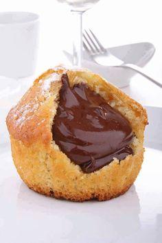 Nutella Herz Muffins - cuisines sucrées - Zutaten: (für 12 Muffins) 280 g Mehl Beutel Backpulver 1 Prise Salz 2 Eier 100 g Zucker 1 Beut - Dessert Au Nutella, Nutella Muffins, Chocolate Muffins, Muffin Nutella, Köstliche Desserts, Delicious Desserts, Dessert Recipes, Yummy Food, Molten Chocolate