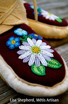 "Lisa Shepherd, Metis Artisan Wrap around Moccasins Daisies and Forget-me-nots, on a burgundy Melton. ""Native White"" elk hide, with moose hide soles. Native Beadwork, Native American Beadwork, Bordados Tambour, Native American Moccasins, Beaded Moccasins, Beadwork Designs, Nativity Crafts, Beading Projects, Bead Weaving"