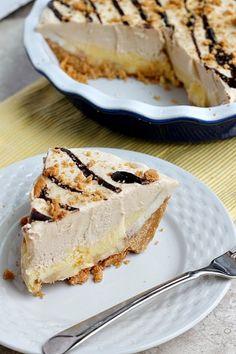 Vynikající krémový dort, plný banánů. Arašídová šlehačka na vrchu je neodolatelná. Hotová mňamka a dokonce BEZ PEČENÍ.
