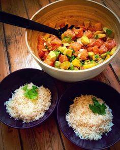 Vous ne connaissez pas le poke bowl ? Vous allez l'adorer ! Voici une recette quelque peu différente de l'originale ! On remplace le thon par du saumon frais et on ajoute de la mangue pour une version sucrée-salée. Vous pouvez également ajouter de la sauce teriyaki, à la place de la sauce soja classique qui est plus salée.