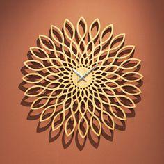 Horloge ronde en bois ajour� forme fleur Sunflower Karlsson