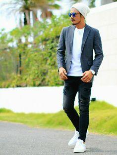 テイラードジャケット × デニム グレーにシンプルな白Tシャツ 下はブラックのデニム ホワイトが