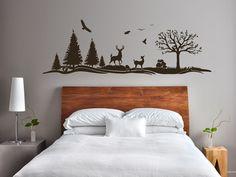 Alpine Landschaft über dem Bett | Das Wandtattoo gibt es in 3 Größen und vielen Farben.