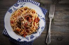 Πρώτος την έκανε γνωστή στην Αθήνα ο Αντώνης Ρούσος, στο «Καλοσώρισμα του Αντώνη». Ήταν η δικιά του εκδίκηση στη μόδα της αστακομακαρονάδας. Ένα από τα νοστιμότερα πιάτα της ελληνικής παράδοσης!
