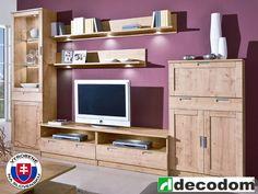 Obývacia stena Chalet je nábytok pre tých, ktorí uprednostňujú klasiku pred modernými tvarmi. Kombinácia rámovej konštrukcie a farby dub arlington je spojenie klasického vyhotovenia povrchu a tvaru s úžitkovými vlastnosťami prispôsobenými pre dnešné požiadavky. Korpus je vyrobený z laminovanej drevotriesky LDTD a fronty z MDF. Vitrína je vybavená čírym bezpečnostným sklom. Decentná úchytka svojim rozmerom a dizajnom neruší celkový dojem. Kovový materiál je odolný aj pri dlhoročnom používaní.