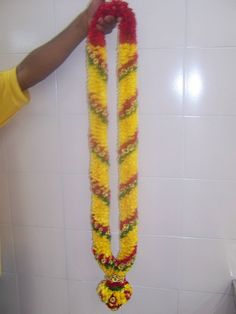 Flower Garland Wedding, Floral Garland, Flower Garlands, Bridal Flowers, Wedding Stage Decorations, Flower Decorations, Wedding Plates, Indian Bridal Hairstyles, Bridal Mehndi Designs