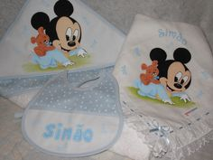 Toalha de banho, fralda e babete para bébé, pintados com o Mickey. Por Manuela Ribeiro.