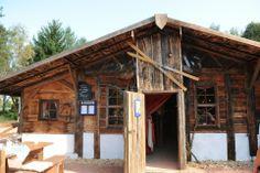 Öventhutte am Öschberghof - Ein Kaminofen, der mit Scheitholz geheizt wird, ein kleiner Bartresen und kuschelige Nischen mit rustikalen Holzmöbeln vermitteln die typisch heimelige Atmosphäre, die einen Hüttenabend erst richtig gemütlich machen. Das kulinarische Angebot ist ganz auf die rustikale Note der Öventhütte abgestimmt. Eine zünftige Brotzeit, Schweinshaxe mit Kraut sowie herzhafte Vesperplatten im bayrisch-alpinen Ski-Stadl dürfen natürlich nicht fehlen. www.oeschberghof.com