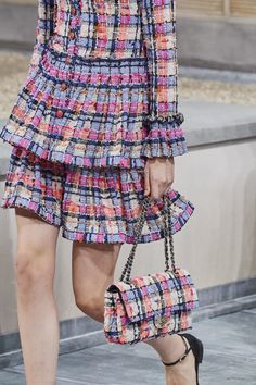 New Chanel Creative Director, Virginie Stayed, stayed true to the brand in her Spring 2020 Ready to wear collection. With a youthful Parisian girl play she created short shorts, romper jumpsuits and jackets of metallic leather and tweed. Dubai Fashion, Chanel Fashion, Fashion Week, Fashion 2020, Runway Fashion, Fashion Show, Fashion Trends, Fashion Fashion, Fashion Spring