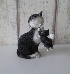 Dubout kattenbeeldje - moeder poes speelt met haar kitten Animals, Animales, Animaux, Animal, Animais