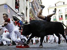 Wein und Blut fließen traditionell beim Stiertreiben im nordspanischen Pamplona…