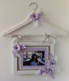 How To Make The Diy Picture Frames That Look Stunning? Picture Frame Inspiration, Unique Picture Frames, Picture Frame Crafts, New Crafts, Diy And Crafts, Cadre Photo Diy, Photo Frame Decoration, Shabby Chic Garden Decor, Hanger Crafts