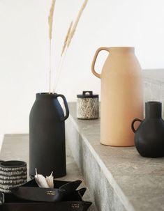 H&M Home : notre sélection déco à moins de 40 € - Elle Décoration Black Vase, Black Lamps, Grand Vase En Verre, Tall Glass Vases, Vase Design, Grands Vases, H & M Home, Metal Vase, Cool Apartments