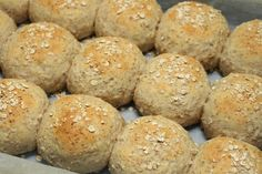 Luftige rundstykker med havregryn - My Little Kitchen Norwegian Food, Biscuit Recipe, Bread Rolls, Bread Recipes, Baked Goods, Biscuits, Brunch, Food And Drink, Snacks