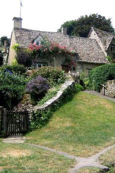 Une belle maison avec du charme qui demanderait bien une rénovation de toiture !