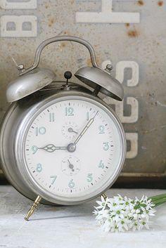 vintage silver clock <3  http://www.facebook.com/MormorsStuer