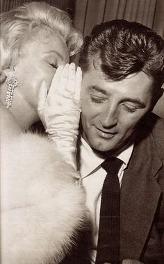 MARILYN MONROE  & ROBERT MITCHUM candid photo detail from GENTE MESE Hollywood anno X111 Marzo 1998. Milano Italy. (please follow minkshmink on pinterest) #marilynmonroe #robertmitchum #marilyncandid