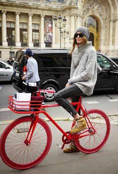 Nadja taking bike chic to a whole new level with that knit/beanie combo. in Paris. and those wheels tho Cycle Chic, Look Fashion, Winter Fashion, Womens Fashion, Fashion Trends, Bike Fashion, Net Fashion, Street Fashion, Bike Woman