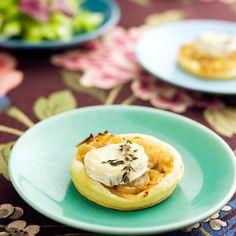Mini-tartes de cebola caramelizada com queijo de cabra