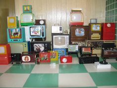My Tvs and Radios! Modern Dollhouse, Miniature Crafts, Tiny Treasures, Doll Parts, Barbie Furniture, Me Tv, Barbie House, Free Coloring, Dollhouse Miniatures