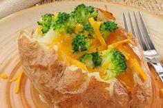 Papas al horno con brócoli y queso cheddar -  http://informe21.com/gastronomia/algo-diferente-papas-al-horno-con-brocoli-y-queso-cheddar
