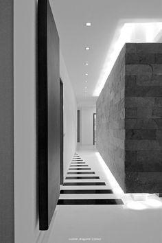 Modern Luxury / Lines / black white / light / architecture Modern Luxury, Modern Interior, Interior And Exterior, Floor Design, Ceiling Design, House Design, Light Architecture, Interior Architecture, Corridor Lighting