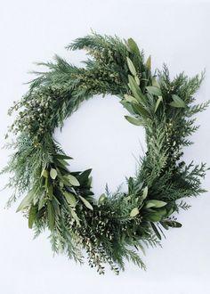 Une couronne de Noël en branche de sapin et laurier - Marie Claire Maison
