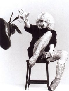 """This photo was labeled Nancy Spungen and I was like """"woah I've never seen this photo of her before"""" and then I saw the ankle tattoo. it's Courtney Love Cobain. Human Poses Reference, Pose Reference Photo, 90s Grunge, Grunge Style, Goth Style, Filles Punk Rock, Foto Glamour, Courtney Love Hole, Sid And Nancy"""