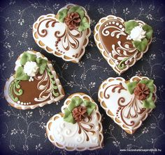 cream, brown and green heart cookies. Maybe add a red rose and take out the green? Fancy Cookies, Iced Cookies, Cute Cookies, Cupcake Cookies, Sugar Cookies, Cupcakes, Cookie Favors, Easter Cookies, Christmas Cookies