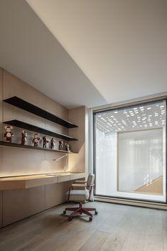 A Desired Home by Liang Architecture Studio Shelf Design, Cabinet Design, Decor Interior Design, Interior Decorating, Home Office Cabinets, Light Hardwood Floors, Studio Living, Floating House, Level Homes