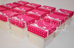Caixinhas da festa de 15 anos da Taísa..forração de tecido combinando com a festa :p