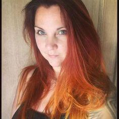 Een koper ombre haarkleur is wanneer het haar wordt geverfd met koper en een andere kleur die geleidelijk van de een naar de ander overvloeit. Meestal begint het met een donkerder koper aan de bovenkant van het hoofd en wordt het geleidelijk lichter naar de uiteinden van je haar toe. Copper Ombre, Long Hair Styles, Beauty, Lights, Long Hairstyle, Long Haircuts, Long Hair Cuts, Beauty Illustration, Long Hairstyles