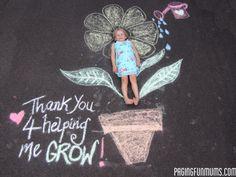 Persoonlijk afscheidskadootje. Nodig: Laat je kind op de grond liggen en trek je kind helemaal om.  Maak samen met je kind een bloem om het lichaam van je kind.  Schrijf er een lieve tekst bij. Laat je kind weer op de omtrek gaan liggen, en maak van bovenaf een foto. Leuk als persoonlijk kaartje bij een afscheidskadootje.