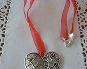 Pendentif gros coeur en métal argenté, ruban organza rouge, fermoir coeur. : Pendentif par laboiteabijouxnanny