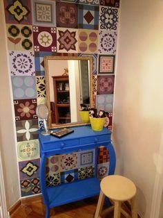 A jornalista Paula Roschel contou em nosso blog os detalhes que deram um toque especial na decor de sua casa. Esse cantinho ficou muito mais interessante com o adesivo de parede estilo azulejo português e esse aparador azul vintage. ♡