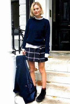 学生さんの制服風のコーデを足元のブーツで、大人っぽくはずした着こなし。ブーツの上からチラッと見えるソックスが、キュートな雰囲気。挿し色効果もあるので、ぜひともマネしたいテクニックです。