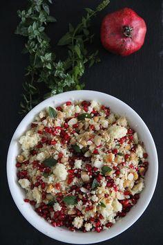 Couscous-Salat à la #katiequinndavies mit Granatapfelkernen und knusprigen Kichererbsen. #whatkatieate #whatkatieateattheweekend #salad #couscoussalad