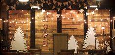 Christmas-Pallet Walls, lights and wood