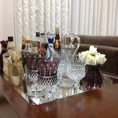 Bandeja bar maravilhosa na casa de uma cliente muito querida com cristais Strauss e murano da Casa Estilo!! Decoração decor Cafe Bar, Mini Bar, Wine House, Bar Areas, House Rooms, Bar Cart, Sweet Home, Living Room, Happy Hour