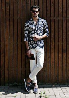 メンズサマーコーデフラワープリント花柄シャツに白パンツを合わせた着こなし