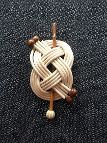Today we have been pulling a bush out of a bush and we have found our way. Straw Weaving, Paper Weaving, Celtic Knot Tutorial, Leather Bracelet Tutorial, Macrame Colar, Basket Weaving Patterns, Diy And Crafts, Arts And Crafts, Bamboo Art