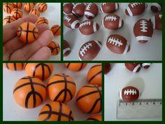 Apliques em biscuit. São bolas de basquete e futebol americano. Tam- Bola de basquete tem 2,5cm de diâmetro Bola de futebol americano 3 cm Pedido mínimo- 10 unidades da cada modelo PREÇO UNITÁRIO R$ 1,00