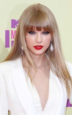Taylor Swift goes super straight for the 2012 VMAs