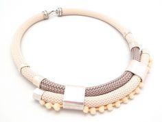 Corda nautica e pon pon: l'abbinata per realizzare una collana elegante e unica per arricchire ogni tuo outfit!