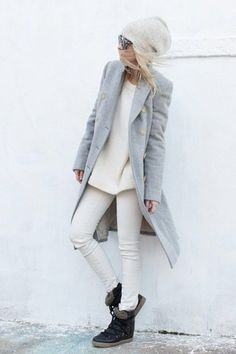 This combo of a grey coat and white skinny jeans will attract attention for all the right reasons. Grab a pair of antracit leather sneakers for a more relaxed aesthetic.