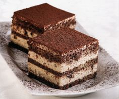 How tiramisu works Tiramisu is one of the famous Italian cuisine sweets that spread all over the world consisting of cheese and coffee, and a special type of biscuit called -Ladyfinger- where it is fragile from Tiramisu Ii Recipe, Tiramisu Pasta, Italian Tiramisu, Tiramisu Cake, Low Carb Desserts, Low Carb Recipes, Famous Desserts, Turkish Recipes, Unsweetened Cocoa