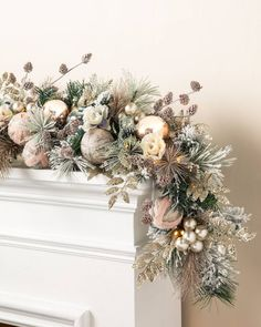 55 Festive DIY Xmas Garlands Ideas for Fireplaces and Stairs Rose Gold Christmas Decorations, Silver Christmas Tree, Christmas Swags, Christmas Tree Themes, Christmas Mantels, Nordic Christmas, Burlap Christmas, Primitive Christmas, Modern Christmas