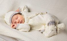 Sticka vårt klassiska babyset med kofta, hängselbyxa, sockor och mössa. Roligt att ge och uppskattat att få.