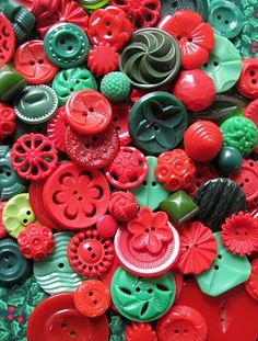 Red and green mix vintage plastic sewing buttons placed in a clear Ball jar with a tartan ribbon. Christmas Buttons, Red Christmas, Christmas Colors, Button Cards, Button Button, Complimentary Colors, Sewing A Button, Sewing Notions, Vintage Buttons