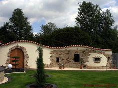 Teja Curva   Farbe Viellja Castilla   Geschwungene Putzmauer Mit  Natursteinen Und Dachziegeln Verziert
